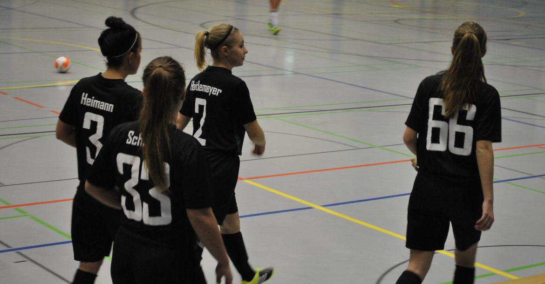 4 Spielerinnen betreten das Spielfeld
